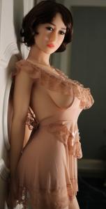Asiatische Liebespuppe mit Kleid